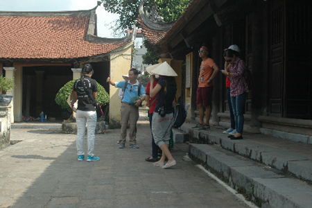 Travelers visiting Dong Ngac communal house