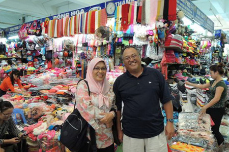 Muslim couple shopping in Dong Xuan Market.