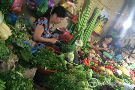 Vegetable sellers in Hom Market