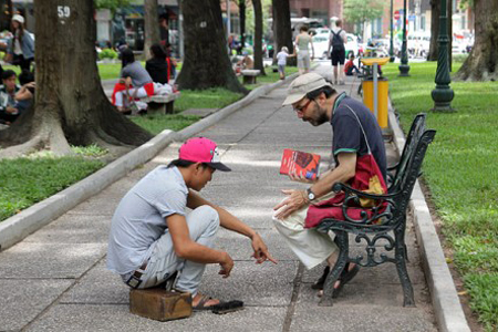 Shoe shine scams targer foreign tourists