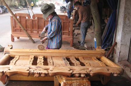 Craftmen sculpturing wooden products
