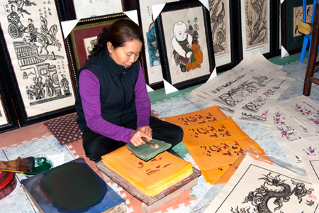Artisan making Dong Ho paintings