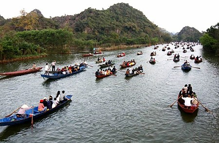 Boat trip along Yen River