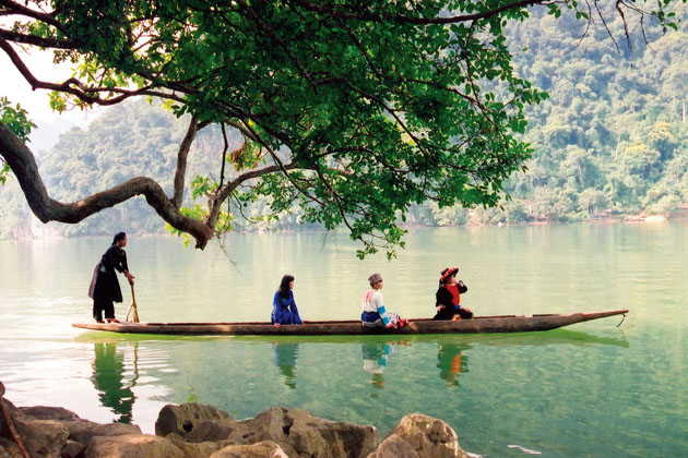 Boat trip a long the breathtaking scenery of Ba Be Lake