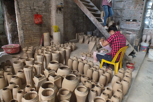 Pay a visit and buy a ceramic product in Bat Trang ceramic village