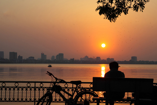 See the sunset over the West Lake with Bike